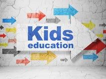 Apprendimento del concetto: freccia con istruzione dei bambini sul fondo della parete di lerciume Fotografie Stock