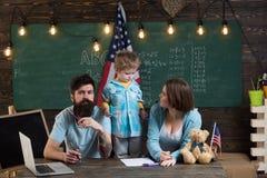 Apprendimento del concetto Il ragazzino gode di di imparare a casa con la famiglia Apprendimento e sviluppo Mettiamo a fuoco sull immagine stock libera da diritti