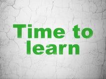 Apprendimento del concetto: Tempo di imparare sul fondo della parete fotografia stock libera da diritti