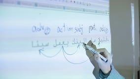 Apprendimento della lingua araba nell'aula stock footage