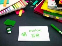 Apprendimento della lingua nuova che fa i flash card originali; Coreano Fotografia Stock