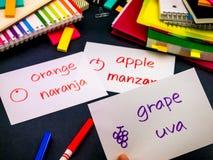 Apprendimento della lingua nuova che fa i flash card originali; Spagnolo Immagini Stock Libere da Diritti