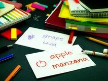 Apprendimento della lingua nuova che fa i flash card originali; Spagnolo Fotografie Stock Libere da Diritti