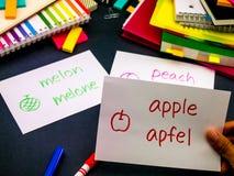 Apprendimento della lingua nuova che fa i flash card originali; Tedesco Fotografia Stock Libera da Diritti