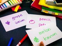 Apprendimento della lingua nuova che fa i flash card originali; Turco Fotografia Stock