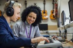 Apprendimento della tastiera nella classe di musica Fotografia Stock