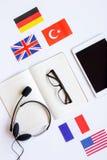 Apprendimento di stile di vita inglese online sulla vista superiore del fondo bianco della tavola Immagine Stock