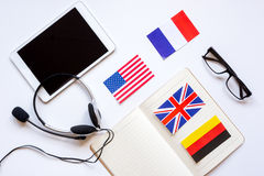 Apprendimento di stile di vita inglese online sulla vista superiore del fondo bianco della tavola Fotografia Stock Libera da Diritti