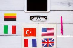 Apprendimento di stile di vita inglese online sulla vista superiore del fondo di legno bianco della tavola Fotografie Stock Libere da Diritti