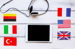 Apprendimento di stile di vita inglese online sulla vista superiore del fondo di legno bianco della tavola Immagine Stock Libera da Diritti