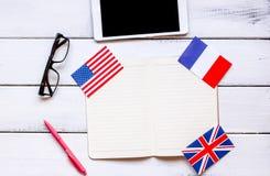 Apprendimento di stile di vita inglese online sulla vista superiore del fondo di legno bianco della tavola Fotografia Stock