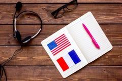 Apprendimento di stile di vita inglese online sulla vista superiore del fondo di legno scuro della tavola Immagini Stock