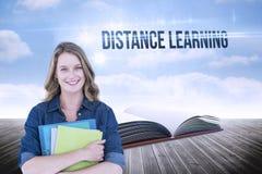 Apprendimento a distanza contro il libro aperto contro il cielo Immagine Stock