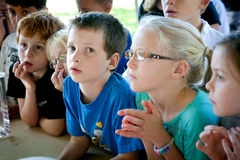 Apprendimento esterno dei bambini piccoli Fotografia Stock