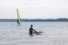 Apprendimento fare windsurf Fotografie Stock