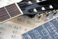 Apprendimento giocare la chitarra Fotografia Stock