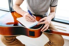 Apprendimento giocare la chitarra Istruzione di musica Immagini Stock