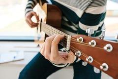 Apprendimento giocare la chitarra Istruzione di musica Fotografia Stock Libera da Diritti