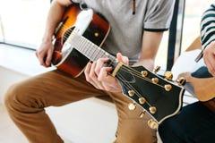 Apprendimento giocare la chitarra Istruzione di musica Fotografie Stock Libere da Diritti