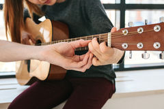 Apprendimento giocare la chitarra Istruzione di musica Immagine Stock