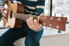 Apprendimento giocare la chitarra Istruzione di musica e lezioni extracurriculari Hobby ed entusiasmo per il gioco della chitarra fotografia stock