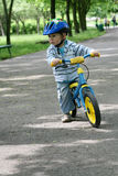Apprendimento guidare su una prima bici Fotografia Stock