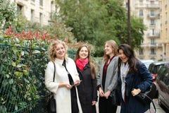 Apprendimento internazionale degli studenti inglese e camminare fuori dentro Immagini Stock