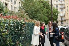 Apprendimento internazionale degli studenti inglese e camminare fuori dentro Fotografie Stock Libere da Diritti