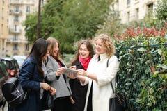 Apprendimento internazionale degli studenti inglese e camminare fuori dentro Immagine Stock