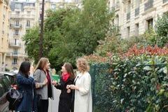 Apprendimento internazionale degli studenti inglese e camminare fuori dentro Immagini Stock Libere da Diritti