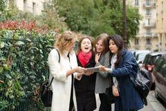 Apprendimento internazionale degli studenti inglese e camminare fuori dentro Fotografia Stock