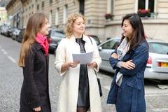 Apprendimento internazionale degli studenti inglese e camminare fuori dentro Immagine Stock Libera da Diritti