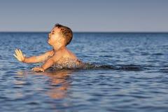 Apprendimento nuotare Fotografia Stock