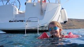 Apprendimento nuotare nell'oceano Fotografia Stock