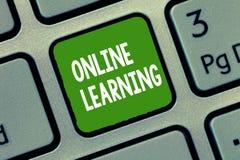 Apprendimento online del testo della scrittura Concetto che significa Larning con l'assistenza di Internet e di un computer fotografia stock libera da diritti