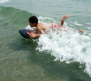Apprendimento praticare il surfing Fotografia Stock