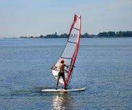 Apprendimento praticare il surfing immagini stock