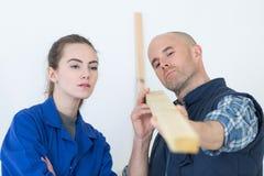 Apprendista del carpentiere della donna durante l'addestramento Immagini Stock