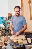 Apprendista di funzionamento del creatore della chitarra Fotografia Stock Libera da Diritti