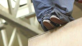 Apprendista di Parkour che salta sulla cima dell'ostacolo di legno stock footage