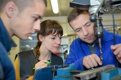 Apprendisti che lavorano alla macchina - elaborazione del metallo Immagini Stock Libere da Diritti