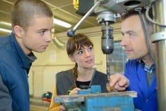 Apprendisti che lavorano alla macchina - elaborazione del metallo Fotografia Stock Libera da Diritti