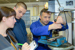 Apprendisti che lavorano alla macchina - elaborazione del metallo Fotografia Stock