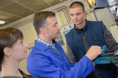 Apprendisti che lavorano alla macchina - elaborazione del metallo Fotografie Stock