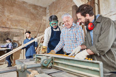 Apprendisti del carpentiere che imparano con il capo Fotografie Stock Libere da Diritti