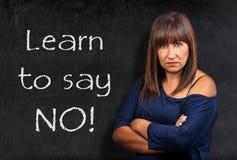 Apprenez à ne dire aucun bras croisé par femme menaçant de brune de professeur images libres de droits
