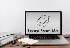 Apprenez de moi Bureau avec un ordinateur portable illustration libre de droits
