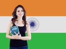 Apprenez la langue de hindi Étudiante attirante avec le drapeau de l'Inde images libres de droits