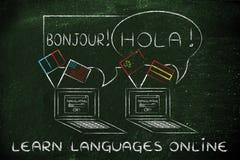Apprenez les langues en ligne : ordinateur portable avec différents drapeaux Photo stock