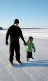 Apprentissage au patin de glace Photo stock